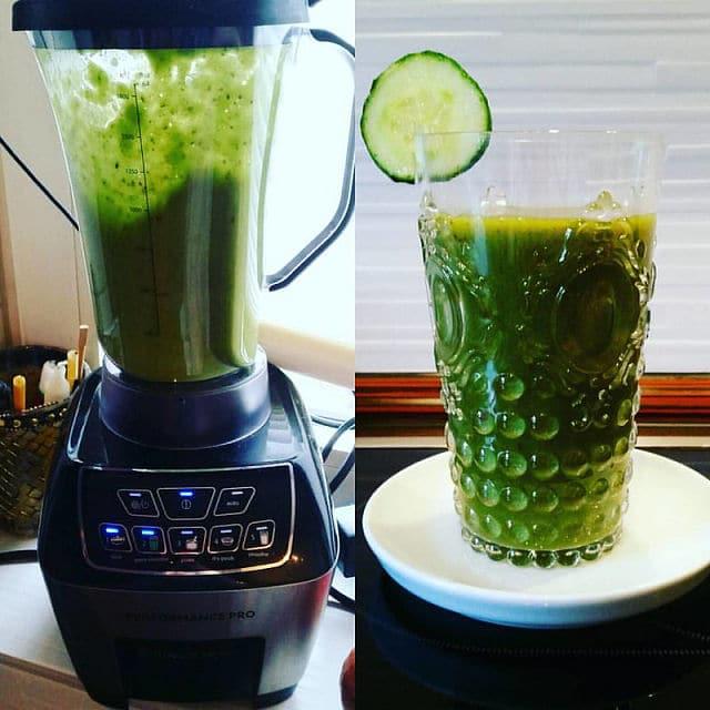 Grüner Smoothie mit Feldsalat, Gurke, Avocado und etwas Pfirsich und Apfel für den Geschmack und on top ein bisschen Chia Samen.