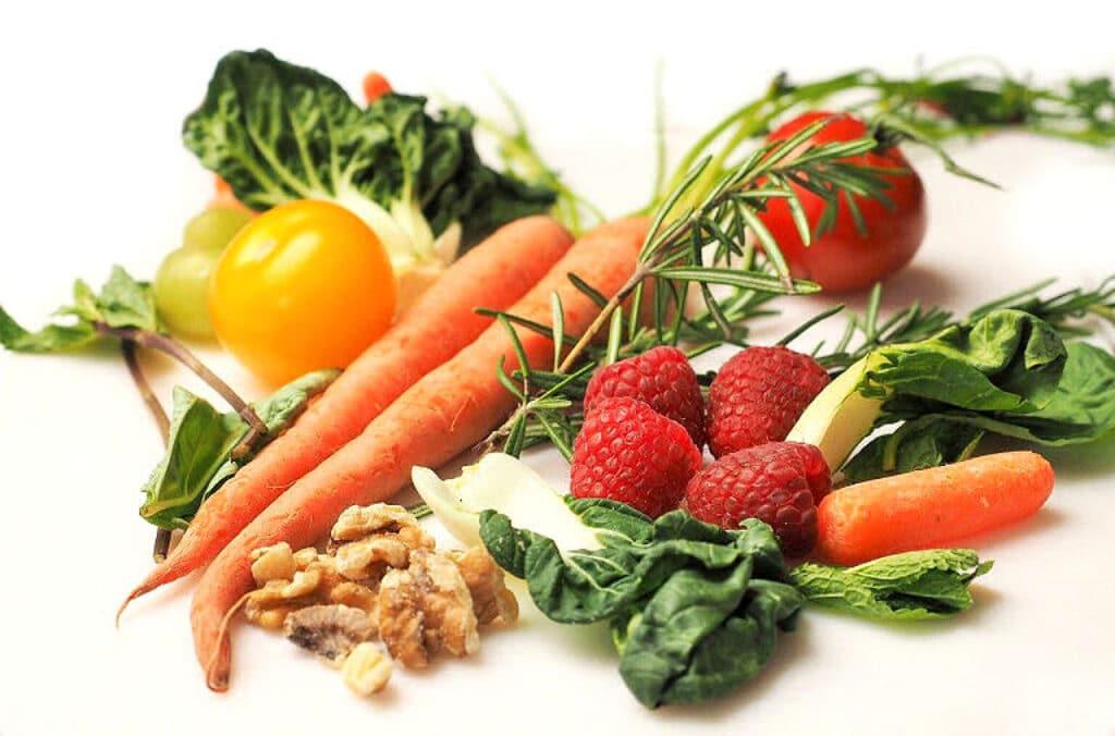 Grünes Gemüse, Nüsse - und schon produzieren wir Glückshormone!