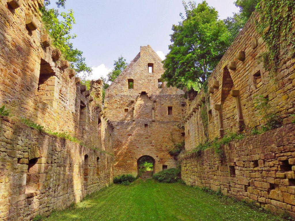 Die Ruinen vom Kloster Disibodenberg, in dem Hildegard von Bingen viele Jahre wirkte, ehe sie ihr eigenes Kloster gründete.